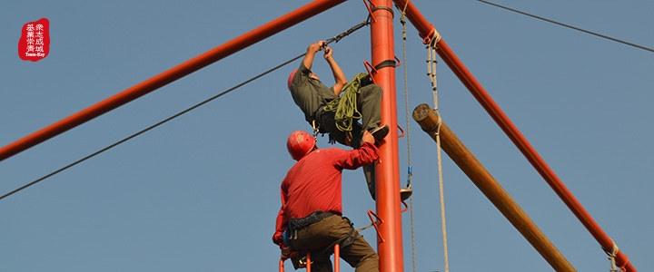 在老师的监控和保护下练习高空拆挂